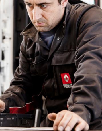 Operario buscando recambios de Renault Trucks en Murcia y Albacete
