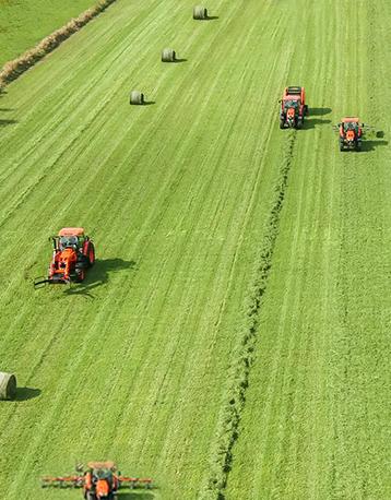 Maquinaria agrícola Kubota operando en plantación