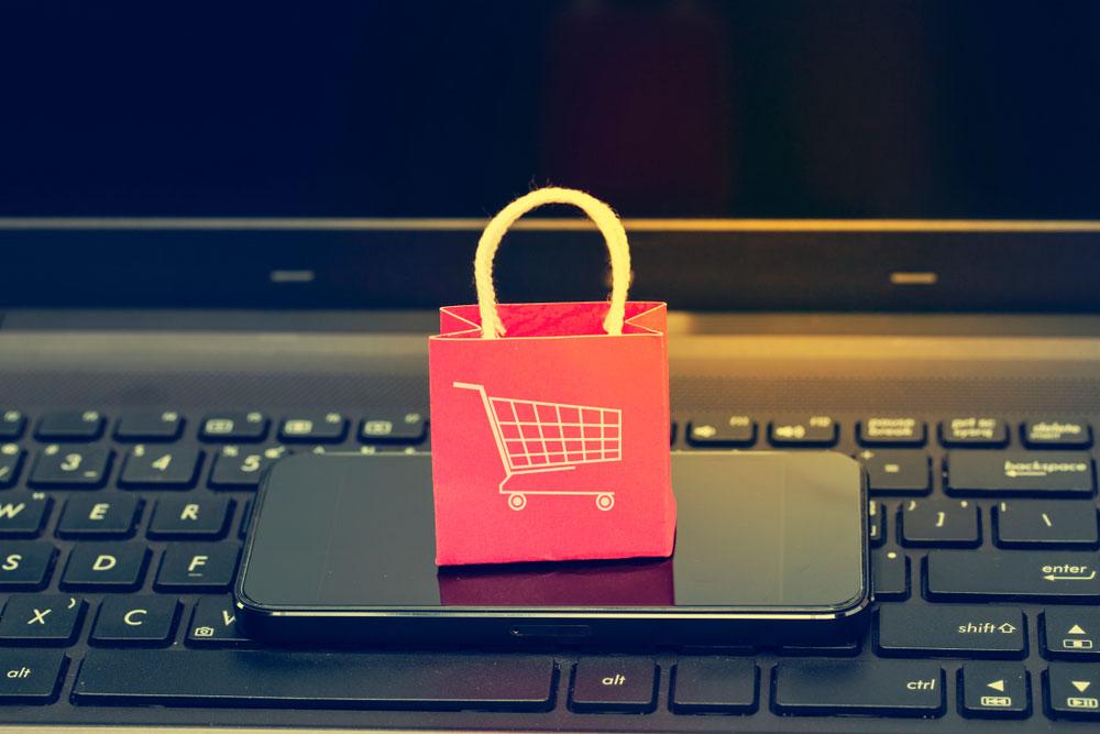 cesta de la compra sobre móvil y dispositivo de escritorio