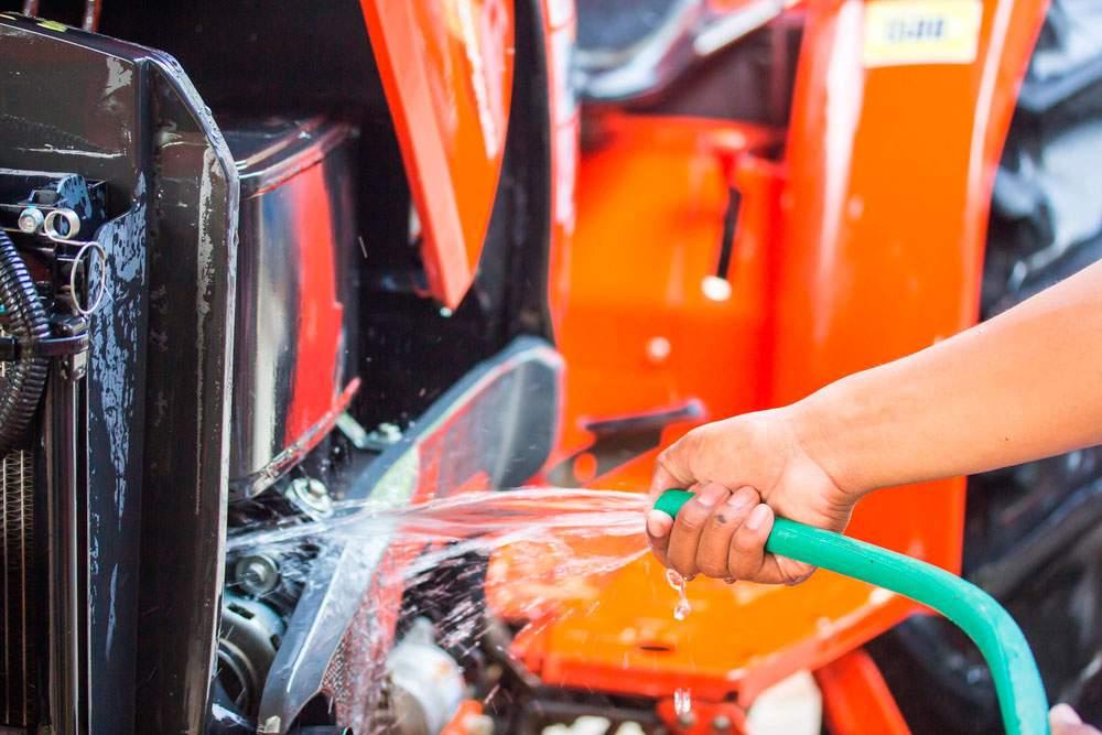 Conductor mostrando cómo limpiar un tractor