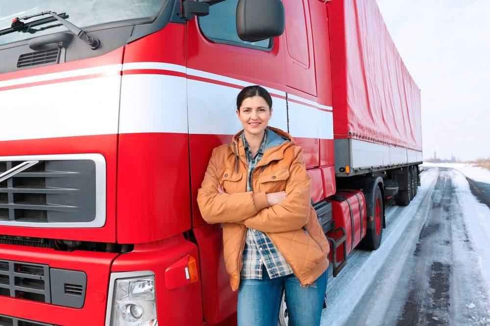 Mujer cumpliendo todos los requisitos para conducir un camión